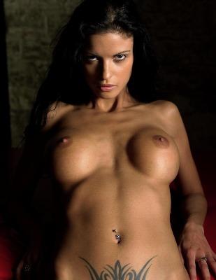 Titten Luder mit Bauchnabel Piercing
