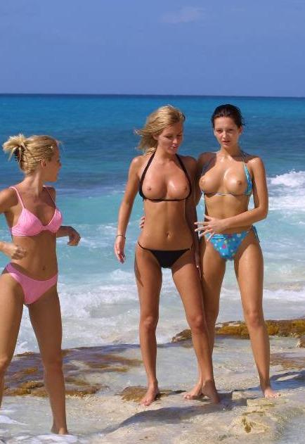 Geile Mädchen am Oben ohne Strand