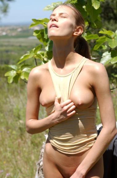 Im Freien nackt fotografiert