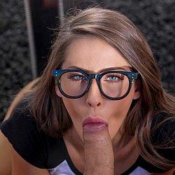 Beim Schwanz blasen siehst du sexy Sekretärin mit Brille