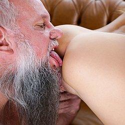 Alte Frau leckt junge Muschi