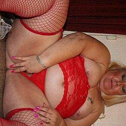 In roten Strapse wichst die dicke Frau ihre nackte Muschi